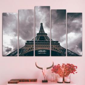 Эйфелева башня в серых облаках